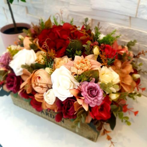 Kvetinový aranžmán v drevenej debničke